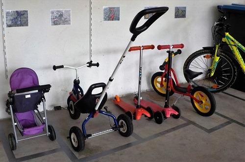 ordnung in der garage parkplatz f r kinderfahrzeuge. Black Bedroom Furniture Sets. Home Design Ideas